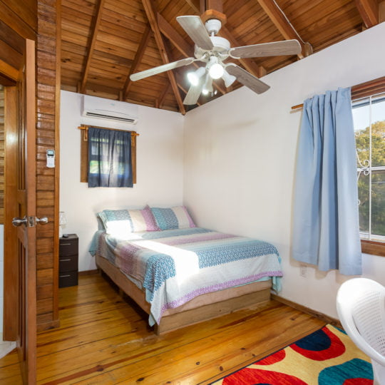 https://roatan-guavagrove.com/wp-content/uploads/2020/03/Queen-seaview-room-3-1-540x540.jpg