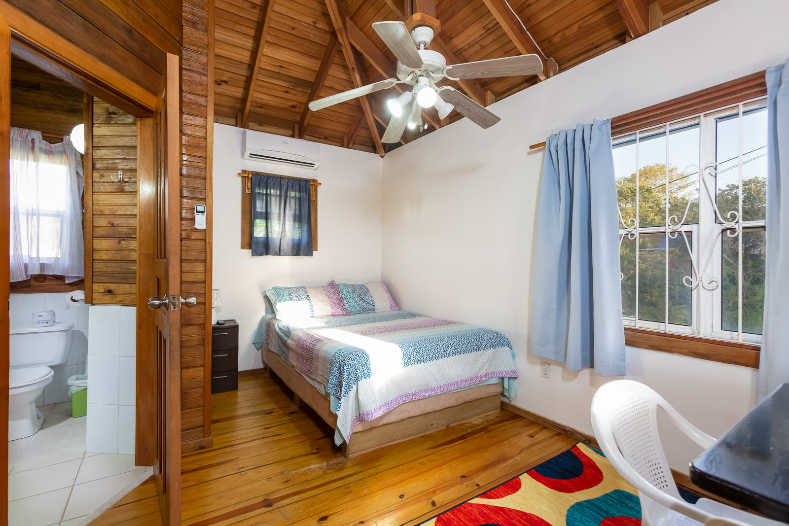 https://roatan-guavagrove.com/wp-content/uploads/2020/03/Queen-seaview-room-3.jpg