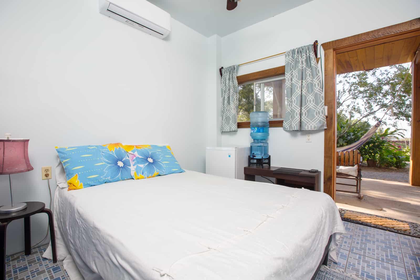 https://roatan-guavagrove.com/wp-content/uploads/2020/03/garden-hotel-room-roatan-1.jpg