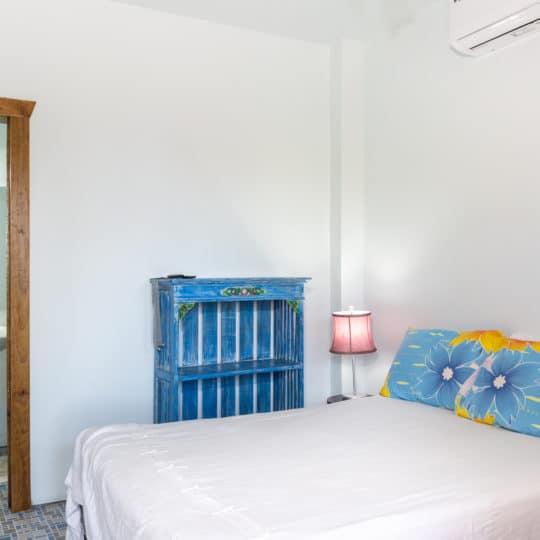 https://roatan-guavagrove.com/wp-content/uploads/2020/03/garden-hotel-room-roatan-2-540x540.jpg